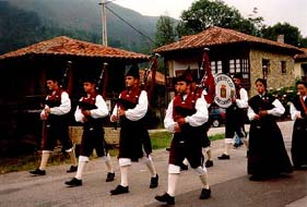 Asturian pipe band; photo by The Mollis